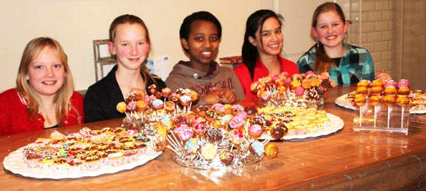 Kinderen versieren cupcakes